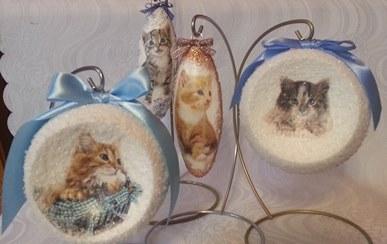 Handgemachte Christbaumkugeln aus Styropor mit Katzen