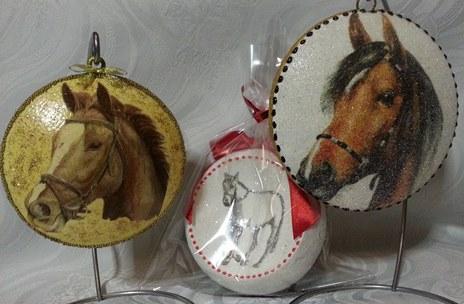 Handgemachte Christbaumkugeln mit Pferden dekoriert