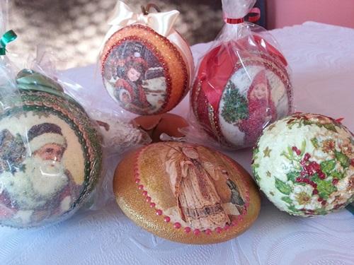Handgemachte Weihnachtskugeln aus Styropor
